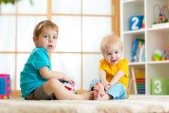 Un gioco di due ragazzini insieme ad educativo Fotografia Stock Libera da Diritti