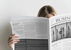 Un giornale di affari della lettura della donna Fotografia Stock Libera da Diritti