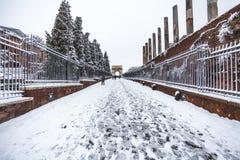 Un giorno adorabile di neve a Roma, l'Italia, il 26 febbraio 2018: una bella vista tramite dei sacri e dell'arco di Tito vicino a fotografia stock libera da diritti