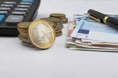 Un giorno all'ufficio (Calcolatore degli euro e una penna) Fotografia Stock Libera da Diritti