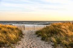 Un giorno di autunno di novembre alla spiaggia di Hamptons, New York immagine stock