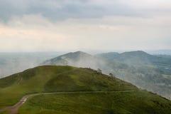 Un giorno di estati nebbioso che guarda lungo la cresta delle colline di Malvern, il Regno Unito fotografia stock libera da diritti