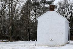 Un giorno di inverno freddo da questa vecchia casa bianca fotografia stock