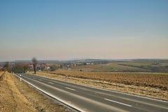 Un giorno di inverno soleggiato nella campagna europea Fotografia Stock Libera da Diritti