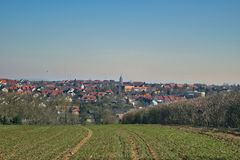 Un giorno di inverno soleggiato nella campagna europea Immagini Stock