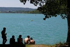Un giorno di sorgente di acqua calda sulla riva del lago Fotografia Stock Libera da Diritti
