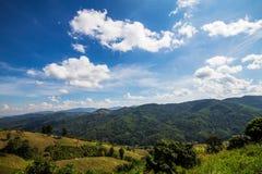 Un giorno luminoso Il cielo è chiaro e le montagne nel bello Immagini Stock