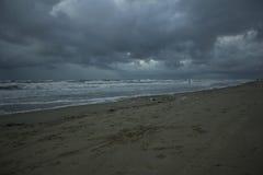 Un giorno nero alla spiaggia Fotografia Stock