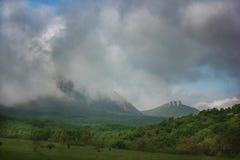 Un giorno nuvoloso nelle montagne Immagini Stock Libere da Diritti