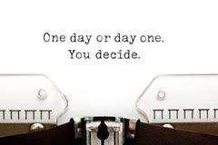 Un giorno o giorno uno che decidete sulla macchina da scrivere immagini stock libere da diritti