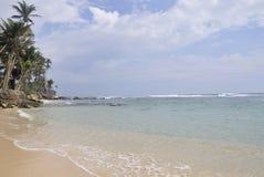 Un giorno pieno di sole luminoso alla spiaggia immagine stock
