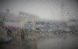 Un giorno piovoso attraverso una finestra Fotografia Stock Libera da Diritti