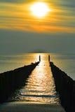 Un giorno soleggiato con i gabbiani sui frangiflutti alla spiaggia in autunno Fotografia Stock