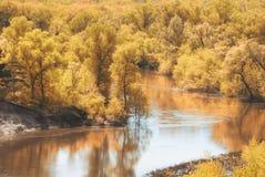 Un giorno soleggiato di autunno nella valle della foresta del fiume russo con un pendio sabbioso ripido paesaggio Fotografie Stock