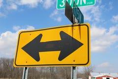 Un giorno soleggiato, segnale stradale di strada a doppio senso di circolazione con le nuvole immagine stock libera da diritti