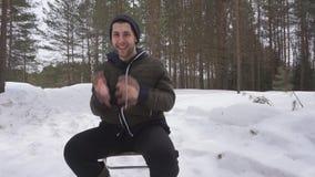 Un giovane è impegnato nell'orario invernale in natura, lui alza un bilanciere pesante su, gli assomigliare della persona allo sp video d archivio