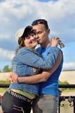 Un giovane abbraccia la ragazza sui precedenti della trinità C fotografia stock libera da diritti