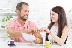Un giovane acquisto delle coppie su Internet Fotografia Stock