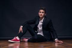Un giovane adolescente, sedentesi posando modello Fotografia Stock