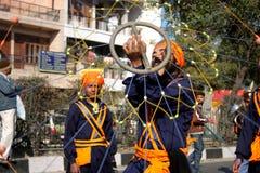 Un giovane adolescente sikh che effettua arte marziale Fotografie Stock