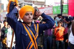 Un giovane adolescente sikh che effettua arte marziale Fotografia Stock Libera da Diritti