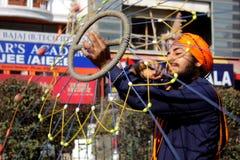 Un giovane adolescente sikh che effettua arte marziale Immagine Stock Libera da Diritti