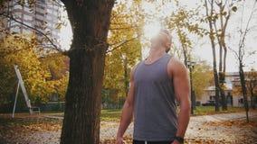 Un giovane allunga il suo collo prima della formazione, girante lo archivi video