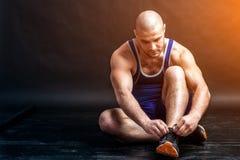 Un giovane allungamento atletico dell'uomo Immagini Stock
