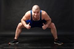 Un giovane allungamento atletico dell'uomo Fotografia Stock