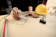 Un giovane architetto disegna i piani per un appli caldo del filtro dalla casa Fotografia Stock Libera da Diritti