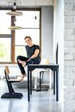 Un giovane ballerino bello che si rilassa in un appartamento di stile del sottotetto fotografia stock