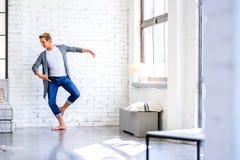 Un giovane ballerino di balletto maschio bello che pratica in uno stile A del sottotetto fotografie stock libere da diritti