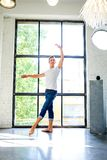 Un giovane ballerino di balletto maschio bello che pratica in uno stile A del sottotetto immagine stock libera da diritti