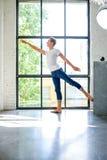 Un giovane ballerino di balletto maschio bello che pratica in uno stile A del sottotetto immagini stock libere da diritti