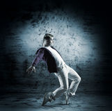 Un giovane ballerino maschio che esegue in vestiti bianchi Immagini Stock