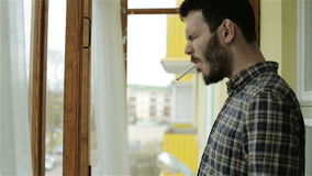 Un giovane bello che accende una sigaretta video d archivio