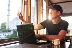Un giovane blogger registra il video o comunica con gli abbonati online fotografia stock libera da diritti