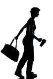 Un giovane camminare della ragazza del banco dell'adolescente Fotografie Stock Libere da Diritti