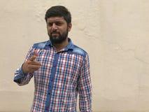 Un giovane che accusa qualcuno, giovane indicare indiano a qualcuno o qualcosa fotografia stock