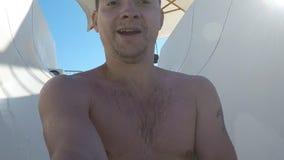 Un giovane che fa scorrere giù all'acquascivolo nel aquapark archivi video
