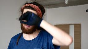 Un giovane con una barba pulisce il sudore dalla sua fronte Ripari il concetto archivi video