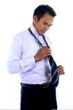 un giovane condimento asiatico attraente bello dell'uomo d'affari, facente legame Fotografia Stock