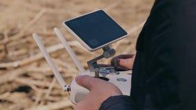 Un giovane controlla un fuco con telecomando archivi video