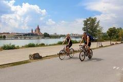 Un giovane coppia le biciclette di guida sull'isola del Danubio Vienna, Austria fotografia stock libera da diritti