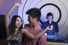 Un giovane dancing delle coppie in night-club Immagine Stock