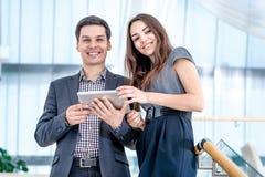 Un giovane e una giovane donna che stanno sulle scale Fotografie Stock