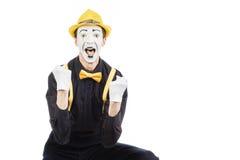 Un giovane felice, un attore, pantomimo, si rallegra nel successo Immagini Stock