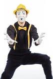 Un giovane felice, un attore, pantomimo, si rallegra nel successo Fotografia Stock