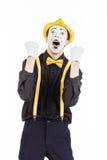 Un giovane felice, un attore, pantomimo, si rallegra nel successo Fotografie Stock