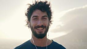 Un giovane felice contro il cielo il giorno soleggiato video d archivio